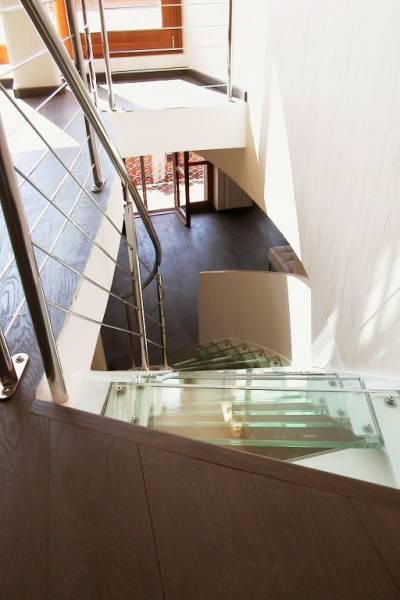Scala con struttura portante in vetro
