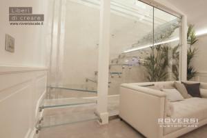 scala a sbalzo in vetro strutturale realizzata per l'atelier di Alessandra Rinaudo