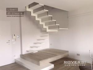 Scala a Sbalzo realizzata con gradini in metallo e sospensione in vetro, Custom Made Roversi